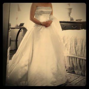 Reem Acra 9935 Wedding Dress with Vale